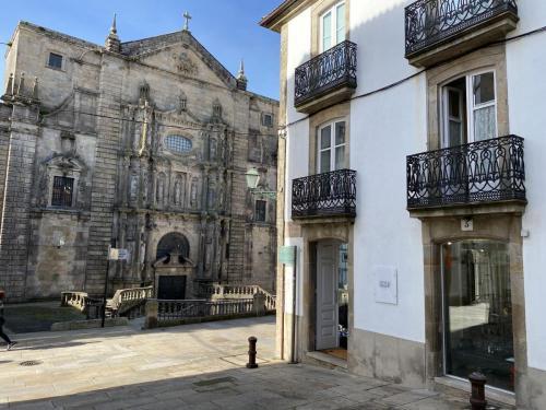Entrada museo frente a iglesia de San Martiño Pinario