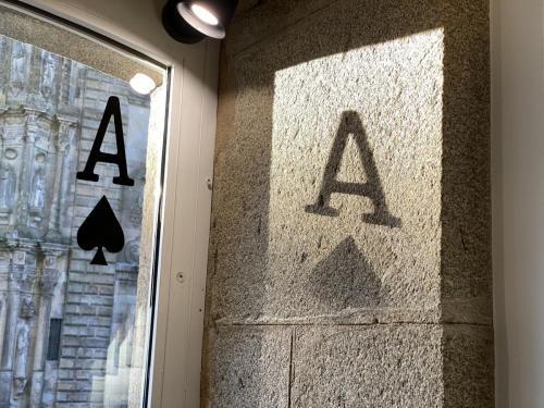 sombra de uno de los cuatro ases de los escaparates