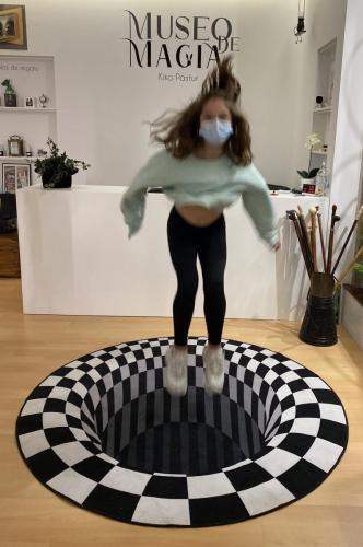 photo-call 1 museo con ilusión de agujero en suelo