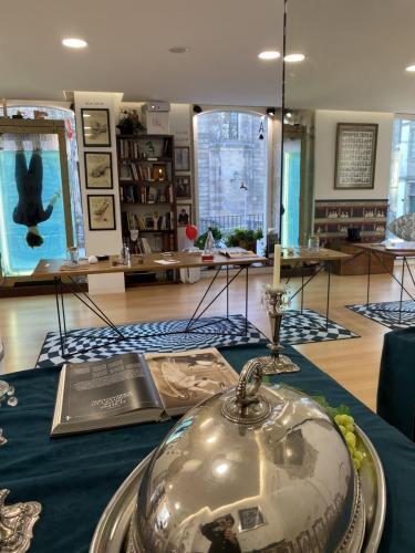 museo perspectiva interior con reflejo